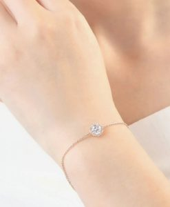 Découvrez la nouvelle collection de bracelet tendance 2019.Laissez vous charmer par ce bracelet à la pointe de la mode.Un bracelet élégant qui apportera une touche chic et raffinée à votre look. Si vous aimez les bijoux fantaisie à petits prix, retrouvez : bracelets, joncs, manchettes, bracelets multi-tours... hyper chic et tendance 2019.