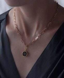collier petite medaille noire